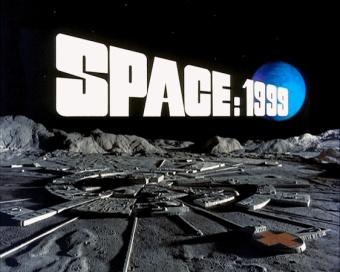 L'aspetto esterno di Base Alpha con il logo della serie, e sullo sfondo la terra che compare nel cielo lunare