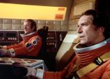 Da sinistra, il caposquadriglia Alan Carter (Nick Tate) e il capitano Koenig ai comandi di un'aquila